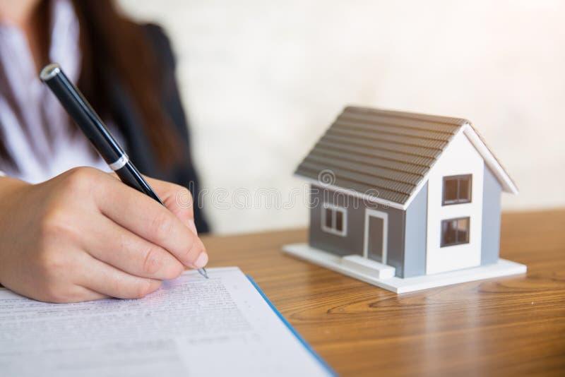 Aktie?gare undertecknade ett avtal som k?per och s?ljer fastigheten Det egenskapsinvesteringen och huset intecknar det finansiell arkivbilder