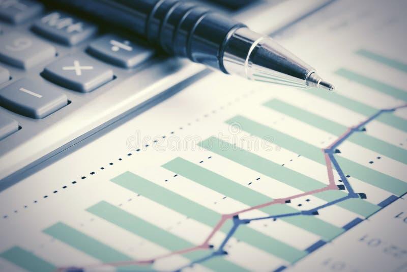 Aktiemarknaden för den finansiella redovisningen graphs analys royaltyfri bild