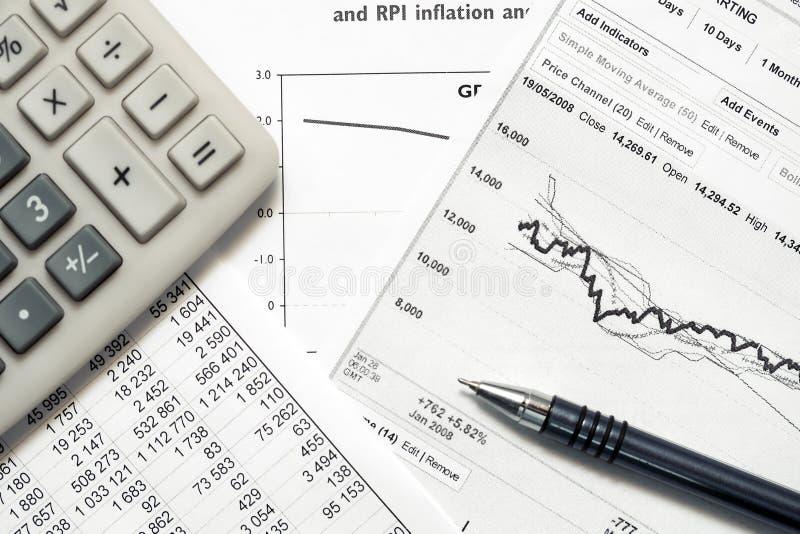 Aktiemarknaden för den finansiella redovisningen graphs och kartlägger royaltyfri fotografi