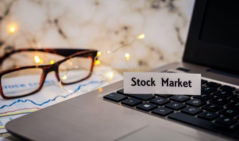 Aktiemarknadstillebenbegreppet med bärbara datorn, lagerför diagrammet, grund DOF arkivbild