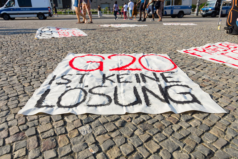 Aktion des friedlichen Protests gegen die Gruppe G20 von Politik zwanzig bei Pariser Platz vor dem Brandenburger Tor stockfoto