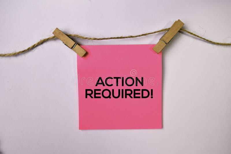 Aktion erfordert! auf den klebrigen Anmerkungen lokalisiert auf weißem Hintergrund lizenzfreie stockbilder