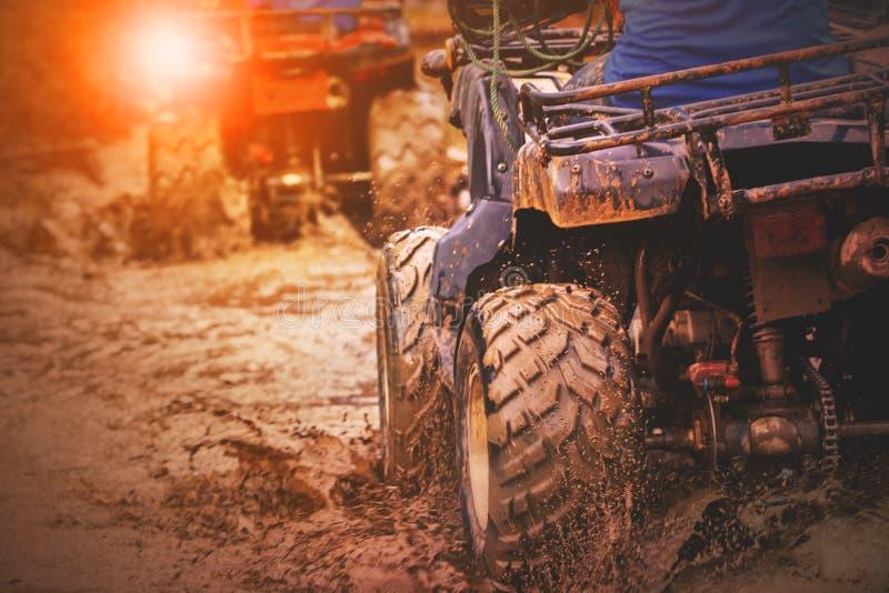 Aktion schoss von Sport atv Fahrzeug, das in Schlammbahn läuft lizenzfreies stockfoto
