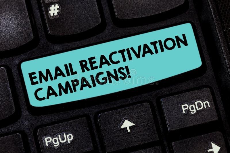 Aktioner för återaktivering för Email för textteckenvisning Begreppsmässigt foto startad email för att sova abonnenttangentbordta royaltyfri bild