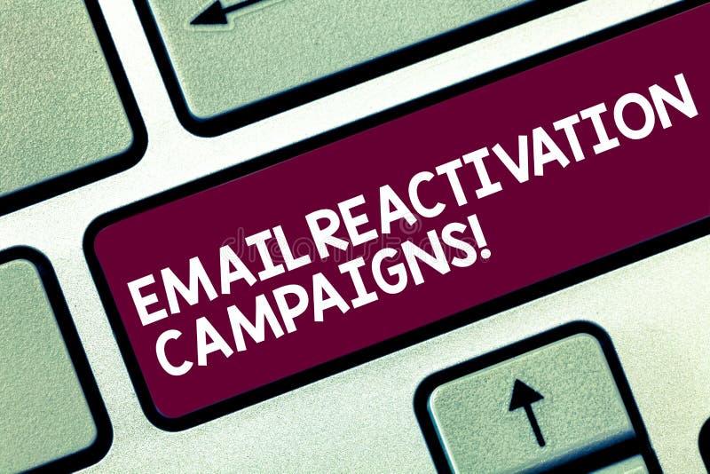 Aktioner för återaktivering för Email för textteckenvisning Begreppsmässigt foto startad email för att sova abonnenttangentbordta arkivbild