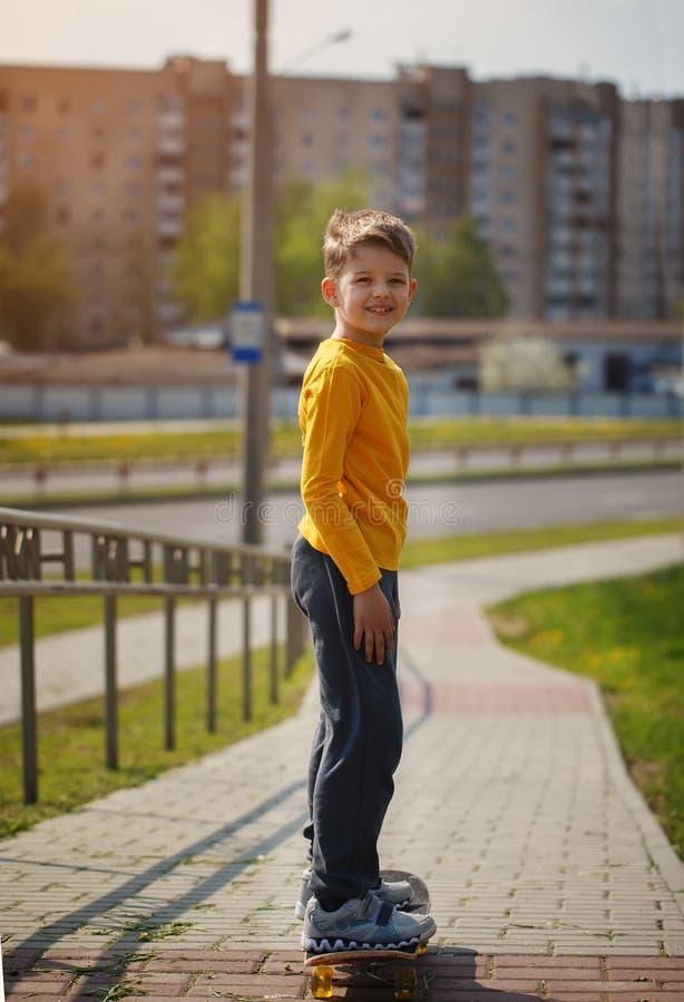 Aktiv barndom Cool som ser skateboradåkarepojken Åka skridskor för Skateboarder royaltyfri fotografi