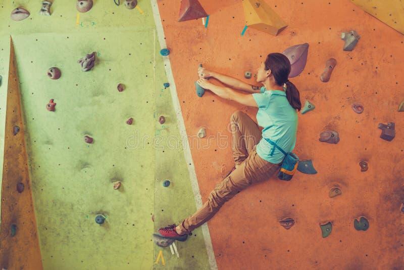 Aktiv flicka som inomhus klättrar arkivfoto