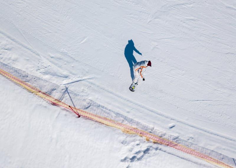 Aktiv fritid- och vinterunderhållning Skidåkare och snowboarders royaltyfria foton
