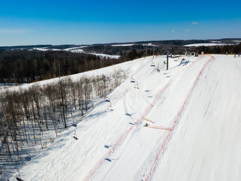 Aktiv fritid- och vinterunderhållning Skidåkare och snowboarders royaltyfria bilder