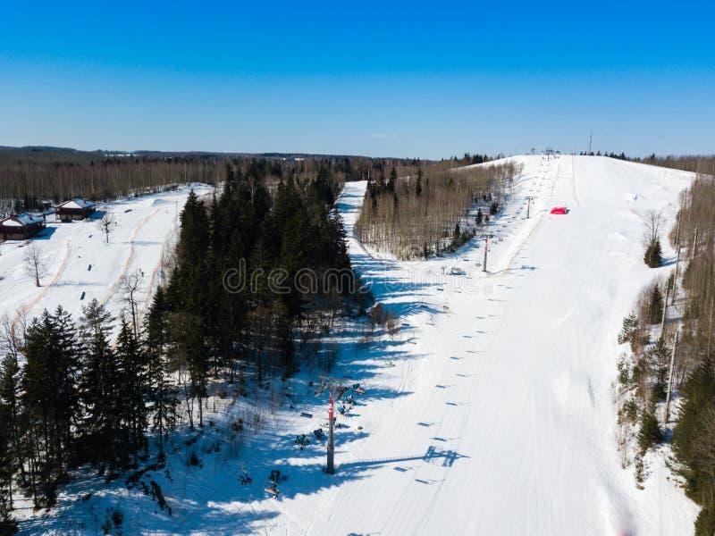 Aktiv fritid- och vinterunderhållning Skidåkare och snowboarders fotografering för bildbyråer