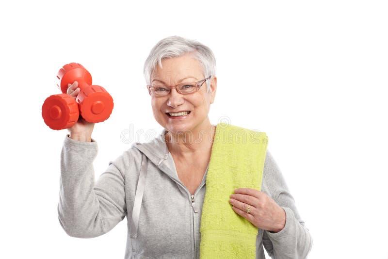 Aktiv gammal lady med att le för hantlar arkivfoton