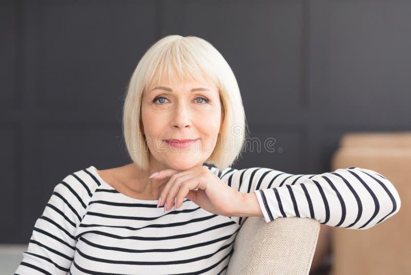 Aktiv härlig kvinna som ler vänskapsmatch och in camera ser royaltyfri fotografi
