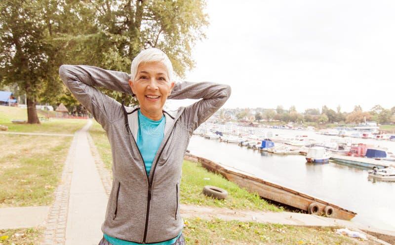 Aktiv hög kvinna som gör konditionövning royaltyfri fotografi