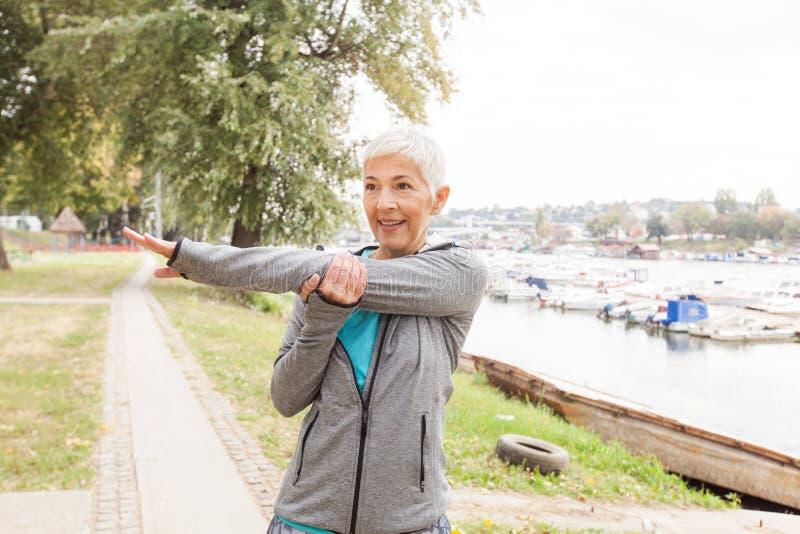 Aktiv hög kvinna som gör konditionövning arkivfoto