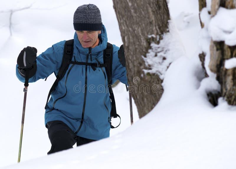 Aktiv hög man utomhus i vinter arkivfoto