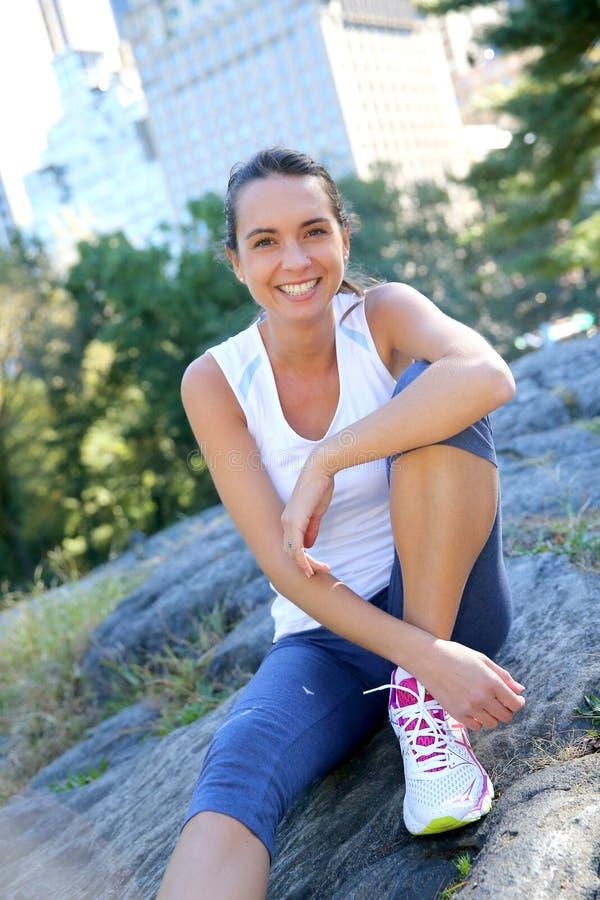Aktiv idrotts- kvinna i Central Park arkivfoton