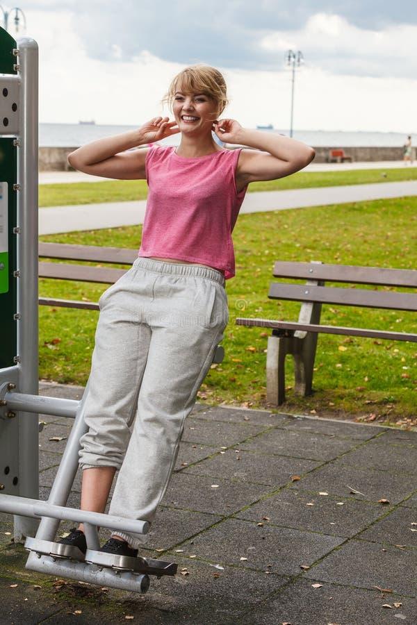 Aktiv kvinna som övar på utomhus- backtrainer royaltyfria foton