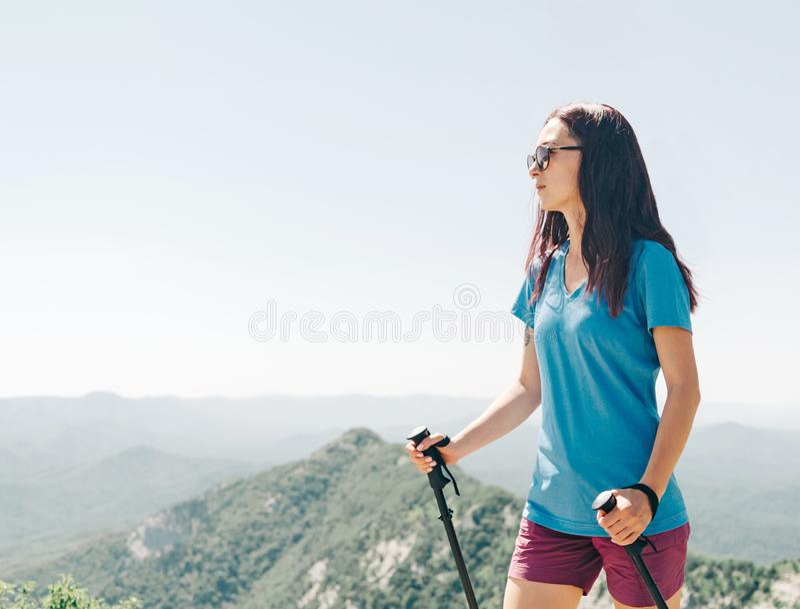 Aktiv kvinna som går i sommarberg arkivfoton