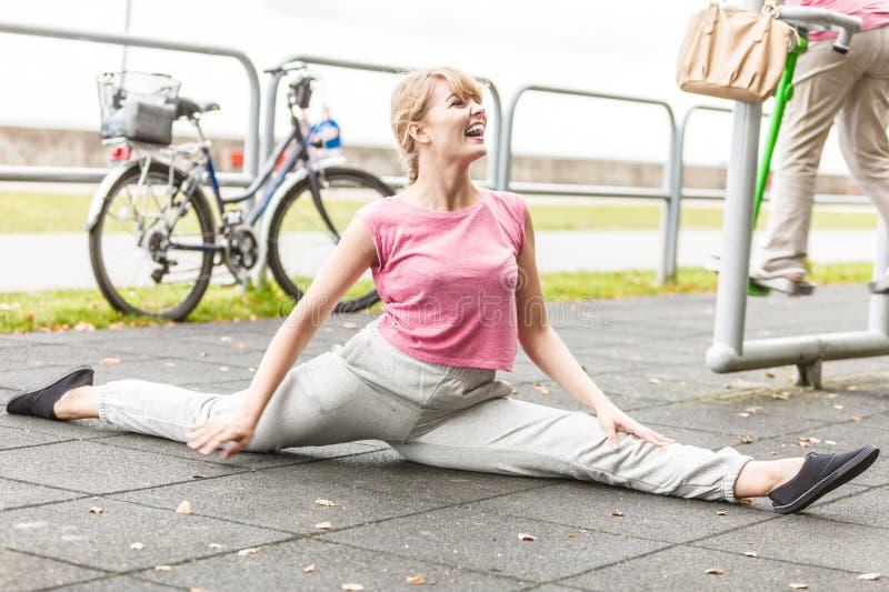Aktiv kvinna som sträcker uppvärmning övning arkivbild