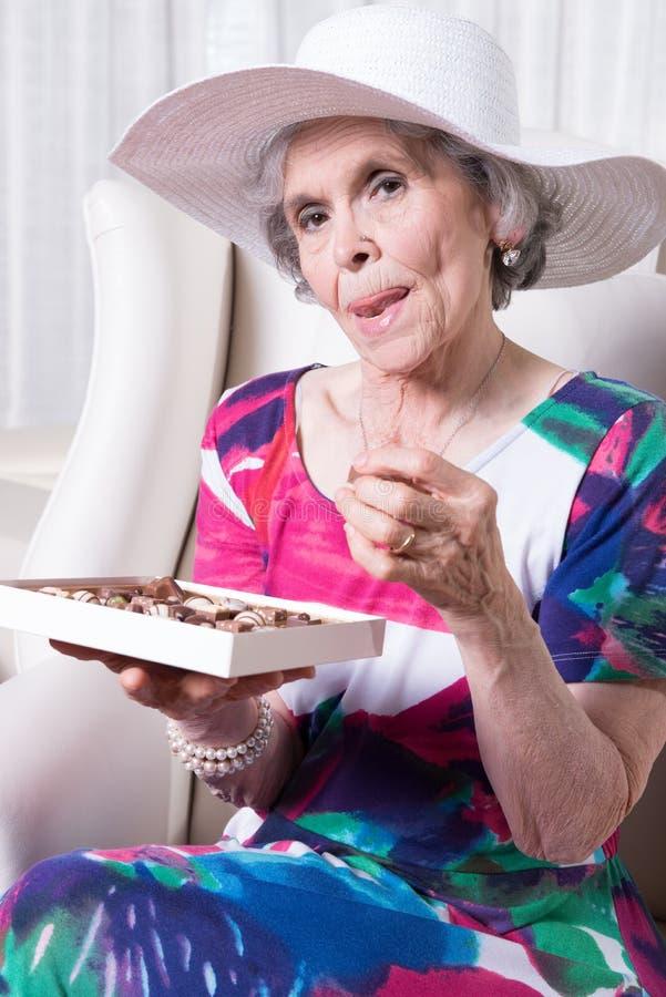 Aktiv kvinnlig hög gå i ax chokladgodis fotografering för bildbyråer