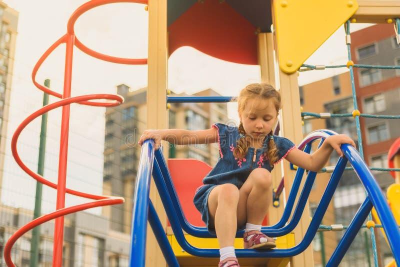 Aktiv liten flicka p? lekplats arkivfoto