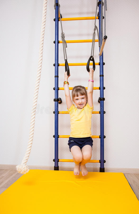 Aktiv liten flicka som gör sportövningar arkivfoto