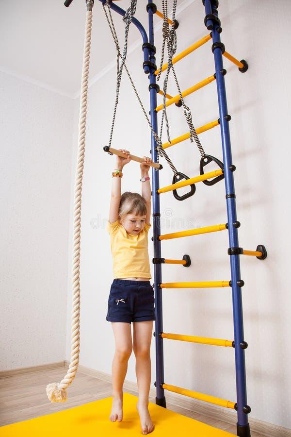 Aktiv liten flicka som gör sportövningar royaltyfri foto