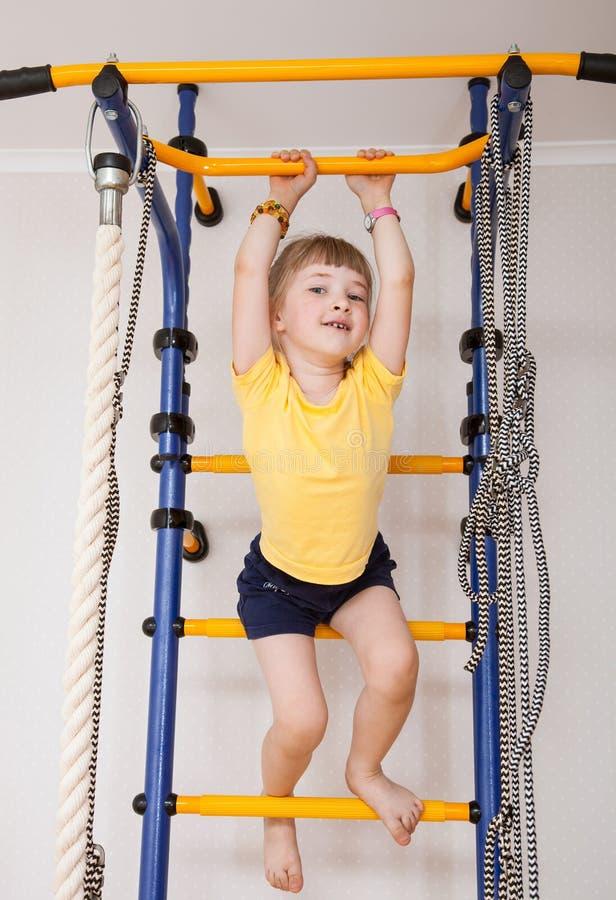 Aktiv liten flicka som gör sportövningar royaltyfria bilder
