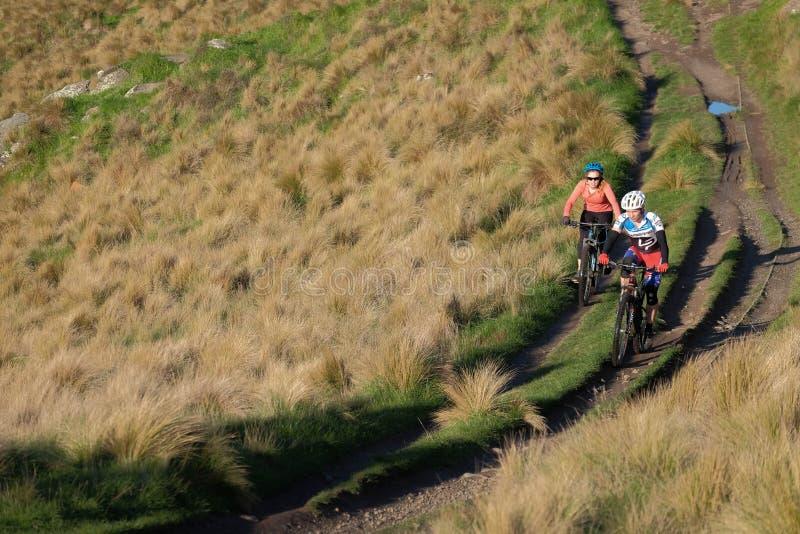 Aktiv livsstil av att cykla för parberg över Victoria kullar av Christchurch royaltyfri foto