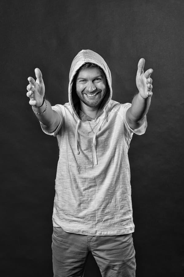 Aktiv livsstil och hälsoaktivitet Skäggigt manleende med sträckta händer Lycklig man med skäggkläderhuven Mode arkivbild