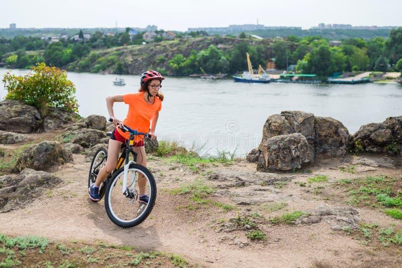 Aktiv livsstil, ung kvinna på en cykelritt royaltyfria foton