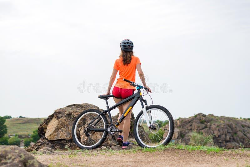 Aktiv livsstil, ung kvinna på en cykelritt arkivfoton