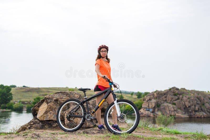 Aktiv livsstil, ung kvinna på en cykelritt royaltyfri bild