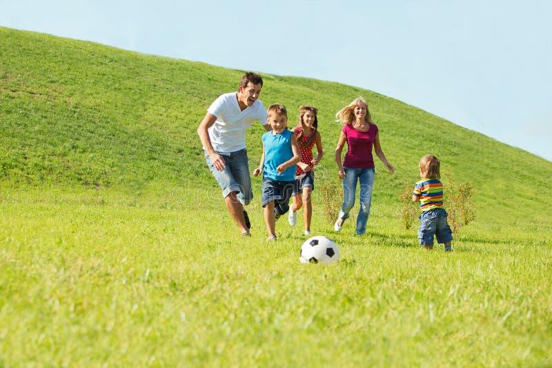 Aktiv lycklig familj arkivfoton