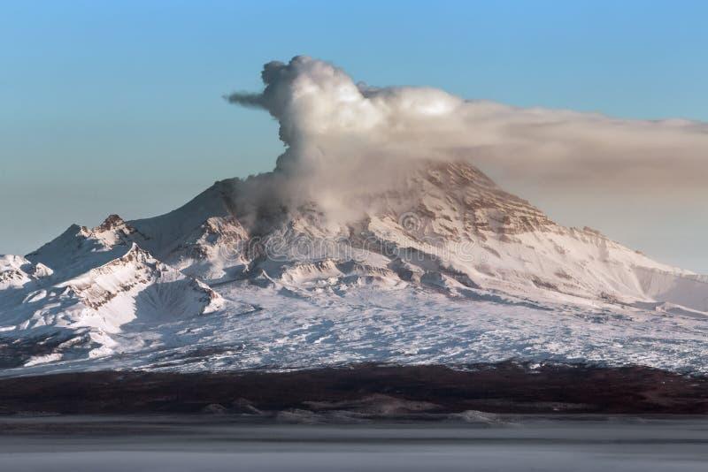 Aktiv Shiveluch för utbrott vulkan på den Kamchatka halvön fotografering för bildbyråer