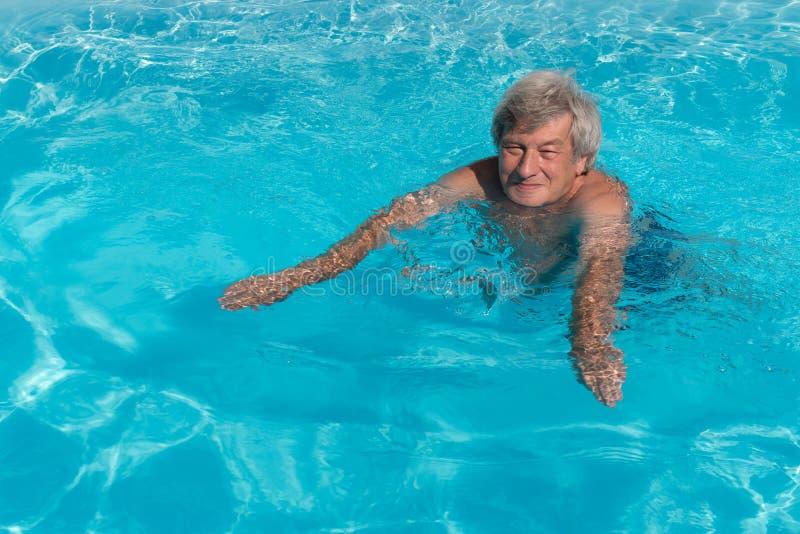 Aktiv simning för hög man royaltyfri bild