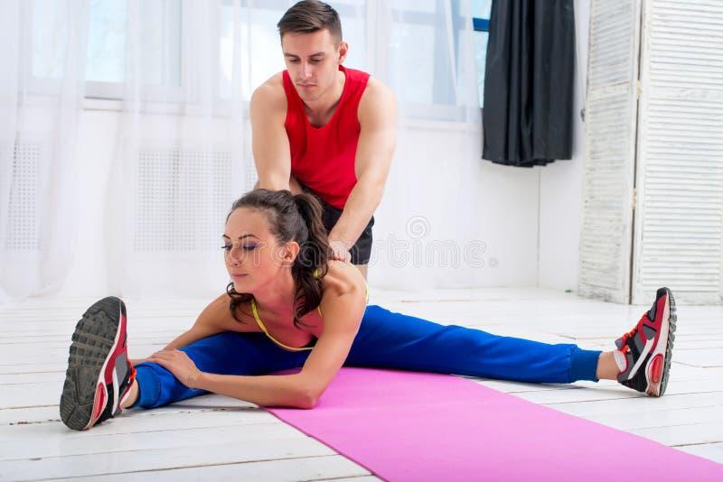 Aktiv sportive kvinna som sträcker henne ben och baksida arkivfoto