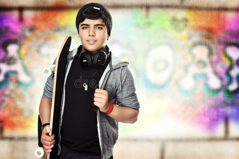 Aktiv tonåring med en skateboard royaltyfria bilder