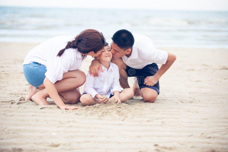 Aktiv uppfostrar och utomhus- aktivitet f?r folk p? sommarsemestrar och ferie med barn Den lyckliga familjen och sonen går med gy arkivbild