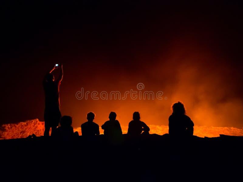 Aktiv vulkan för Erta öl på natten royaltyfria foton
