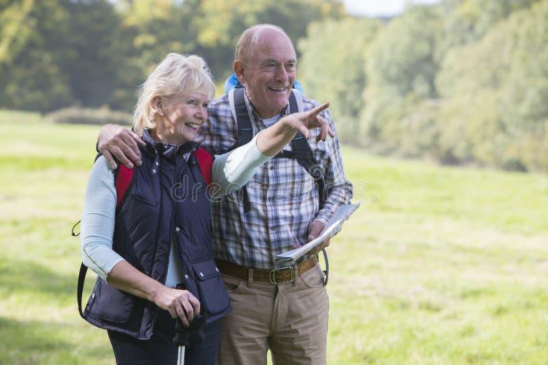 Aktiva höga par går på i bygd tillsammans royaltyfria foton