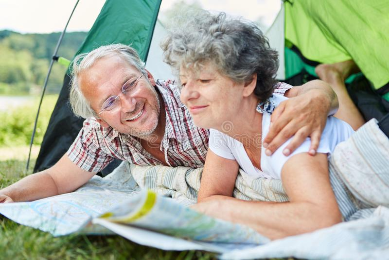 Aktiva höga par med översikten i tält royaltyfri fotografi