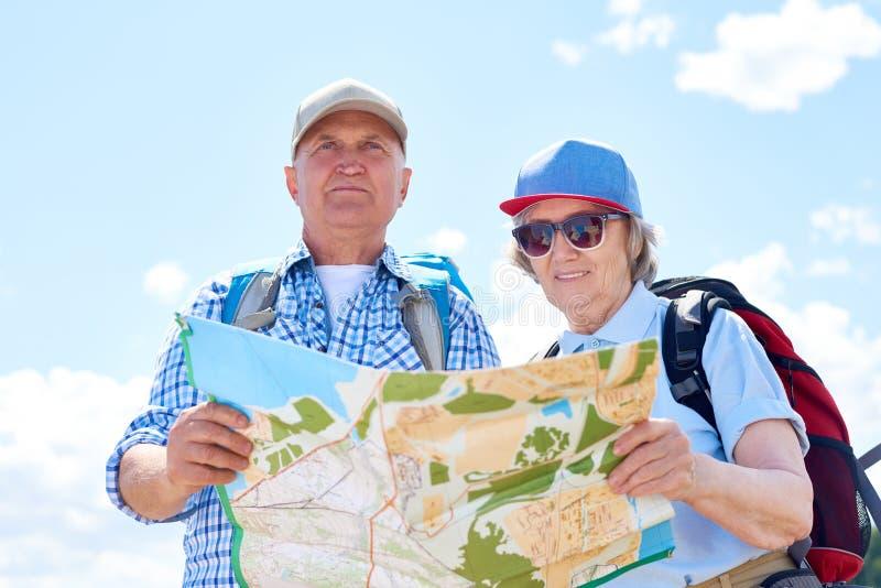Aktiva höga par på att fotvandra tur arkivfoton