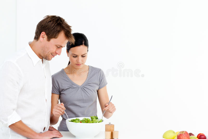 aktiva par äter lunch förbereda sallad royaltyfri foto