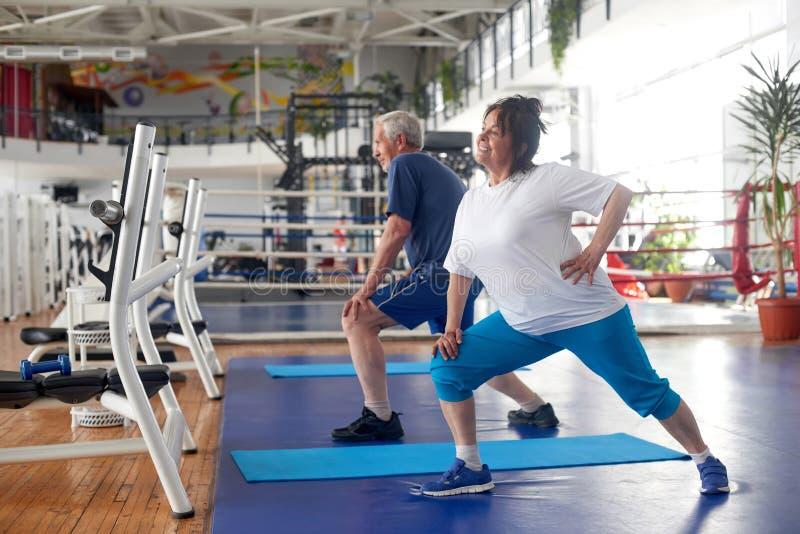 Aktiva par av pensionärer som övar på idrottshallen arkivbild