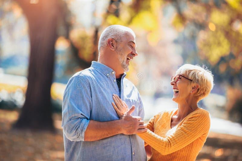Aktiva pensionärer på en gå i höstskog arkivfoton