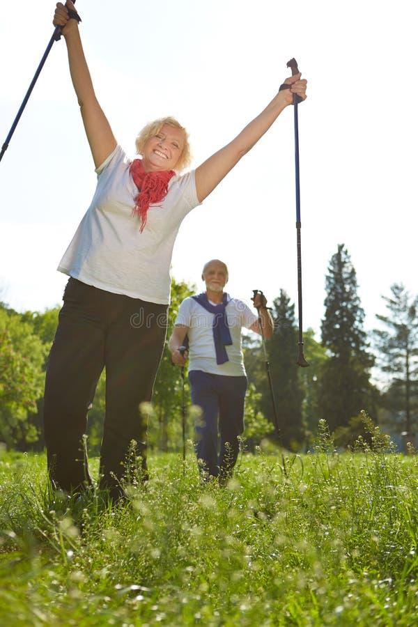 Aktiva pensionärer som fotvandrar i natur royaltyfri foto