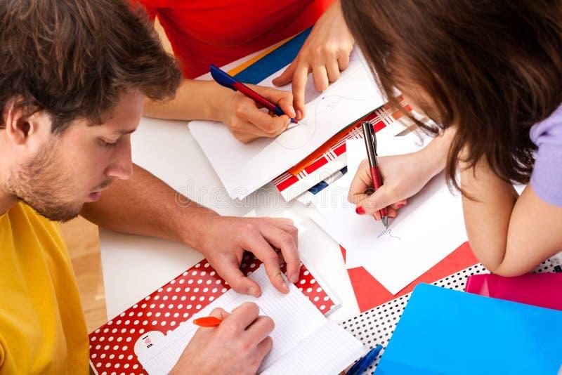 Aktiva studenter som tillsammans gör ett projekt arkivbilder
