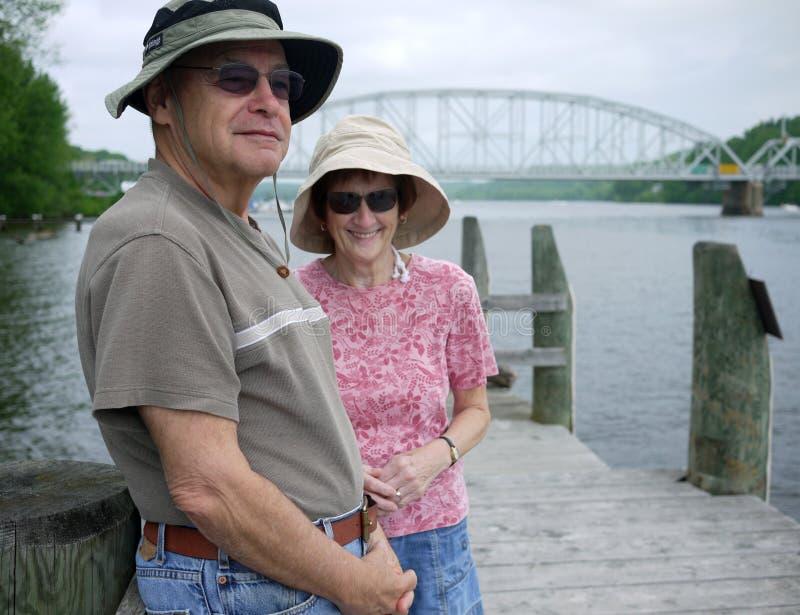 Aktive Ältere auf Dock Ruhestand genießend lizenzfreie stockbilder