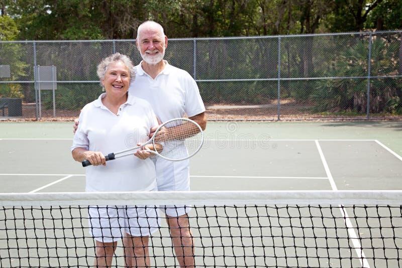 Aktive Ältere auf Tennis-Gericht stockfoto